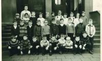 1966 Klasse1 mit Lehrerin